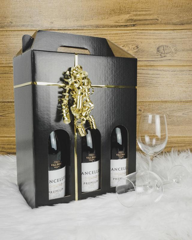 Vinkarton i blanksort med til 6 flasker med guldbånd og vinglas
