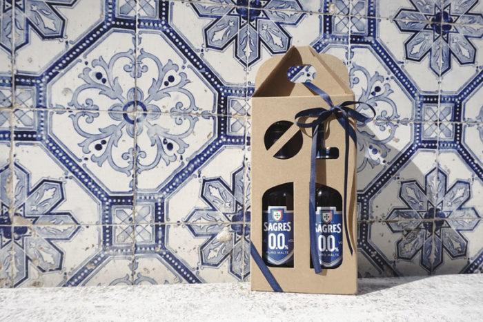 Ølkarton til 2 flasker a 33 cl, med azulejos flise baggrund