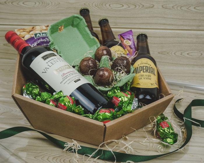 Påske gavekurv i natur pap, med vin, øl, chokolade, nødder og påskeæg
