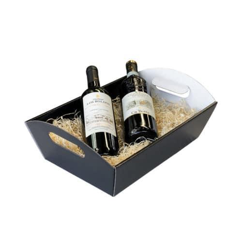 Gavekurv / gavebakke med håndtag i blanksort og hvid pap med træuld og 2 vinflasker