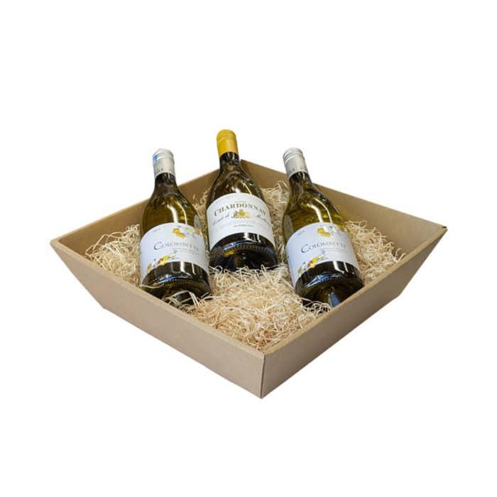 Mellem gavekurv / gavebakke i natur med træuld og 3 flasker vin