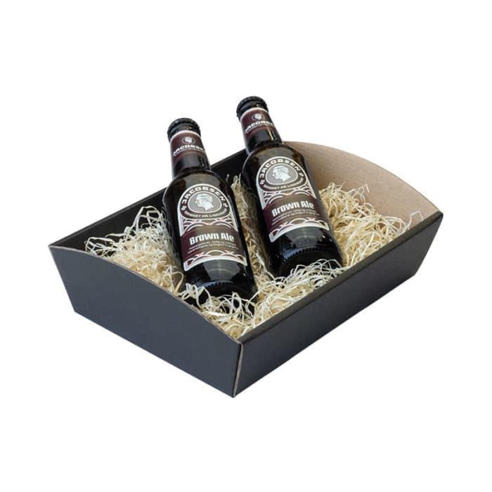 Værtinde gavekurv / gavebakke i matsort pap med træuld og 2 flasker øl