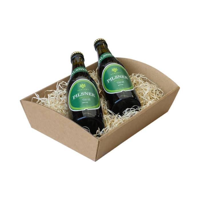 Værtinde gavekurv / gavebakke i natur / brunt pap med træuld og 2 flasker øl