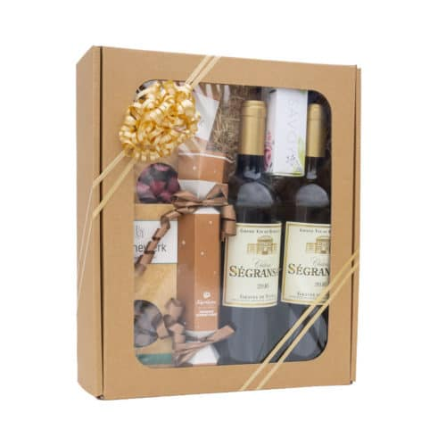 Mellem gaveæske med rude i natur pap med vin, chokolade, bolche, træuld og guld gavebånd