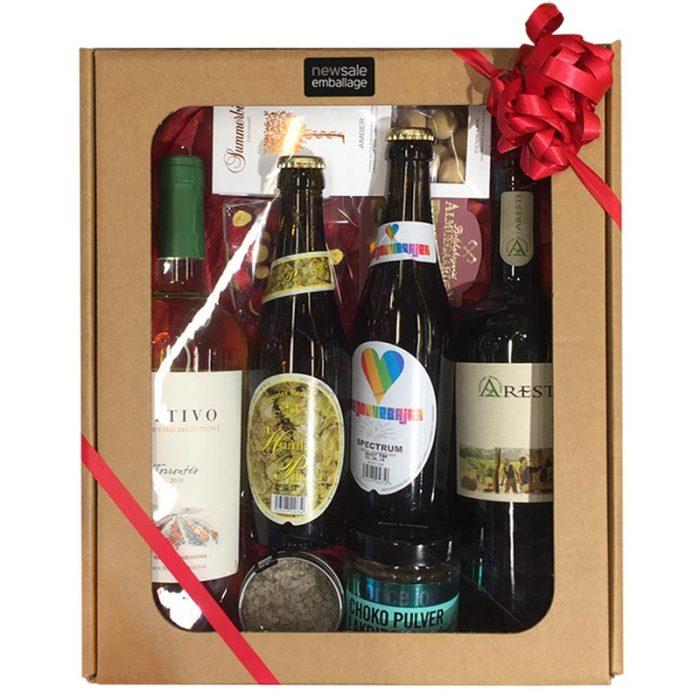 Mellem gaveæske med rude natur pap, pakket med øl, vin og delikatesser