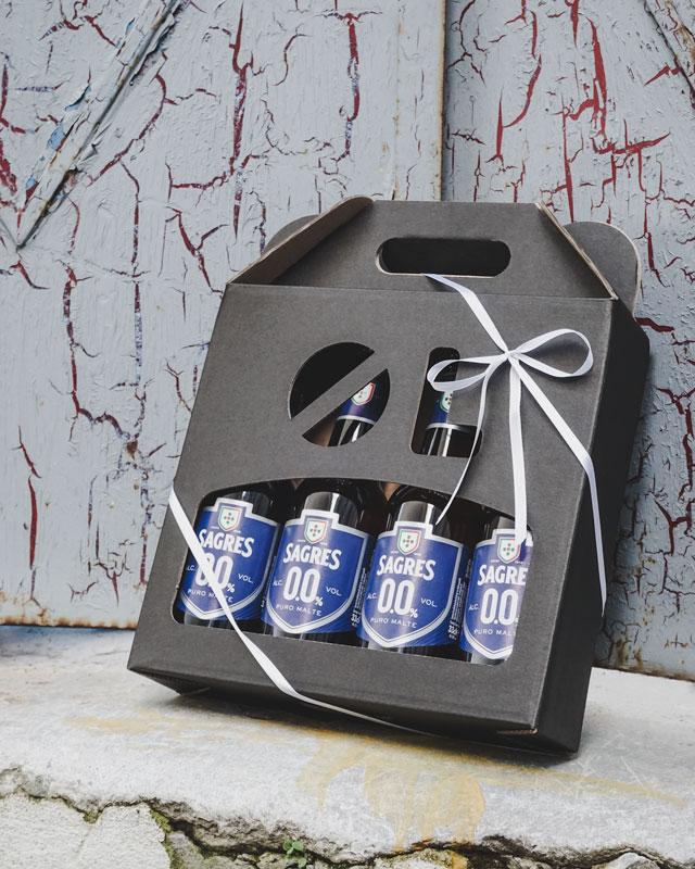 Ølkarton i matsort til 4 flasker i 33 cl foran dør
