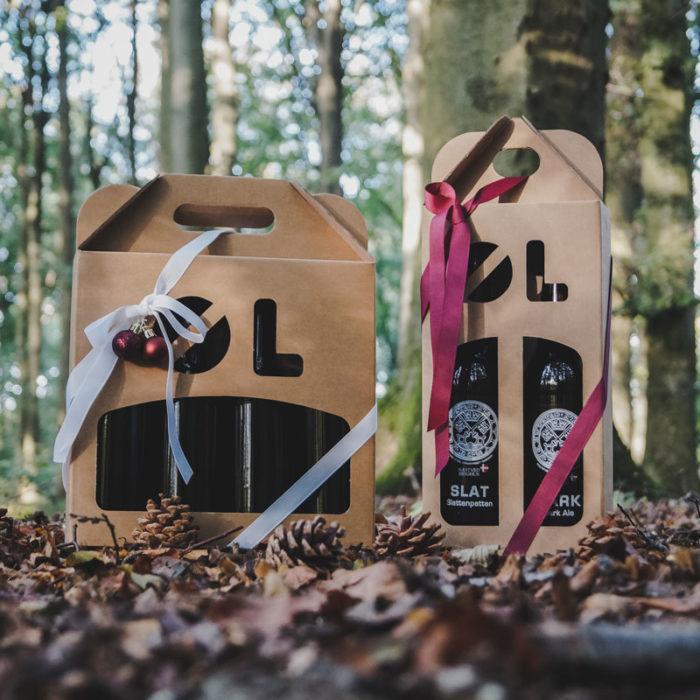 Julebillede med ølkarton i natur pap til 2 flasker a 50 cl. og 4 flasker af 33 cl. Med julepynt og gavebånd til inspiration
