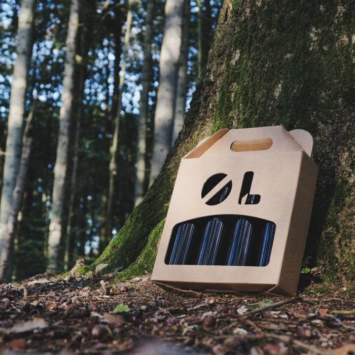 Ølkarton i natur pap til 4 flasker a 33 cl i skoven.