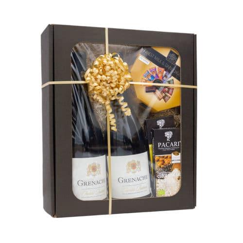 Mellem gaveæske med rude i matsort pap med vin, chokolade, træuld og guld gavebånd