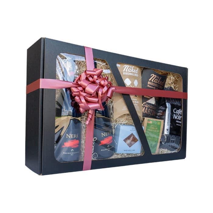 Stor gaveæske med rude i matsort pap, med delikatesser, vin og gavebånd
