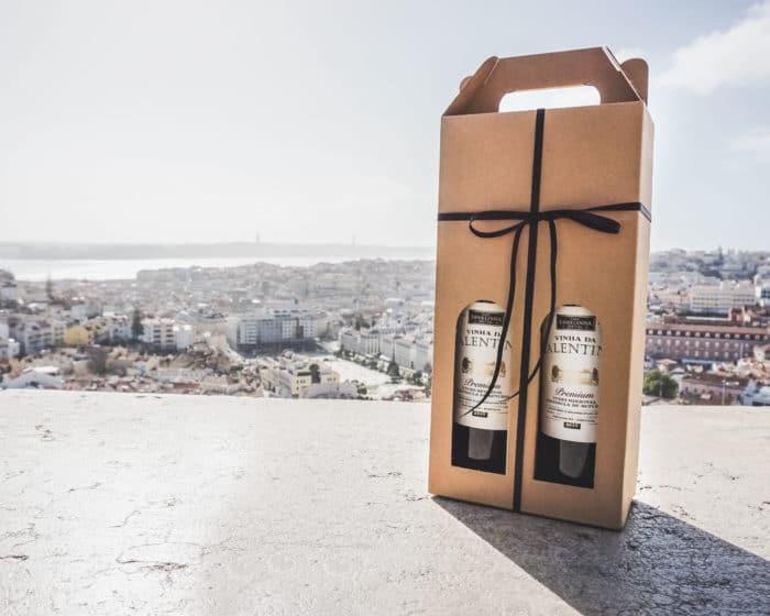 Vinkarton i naturfarvet pap til 2 flasker foran udsigt over Lissabon