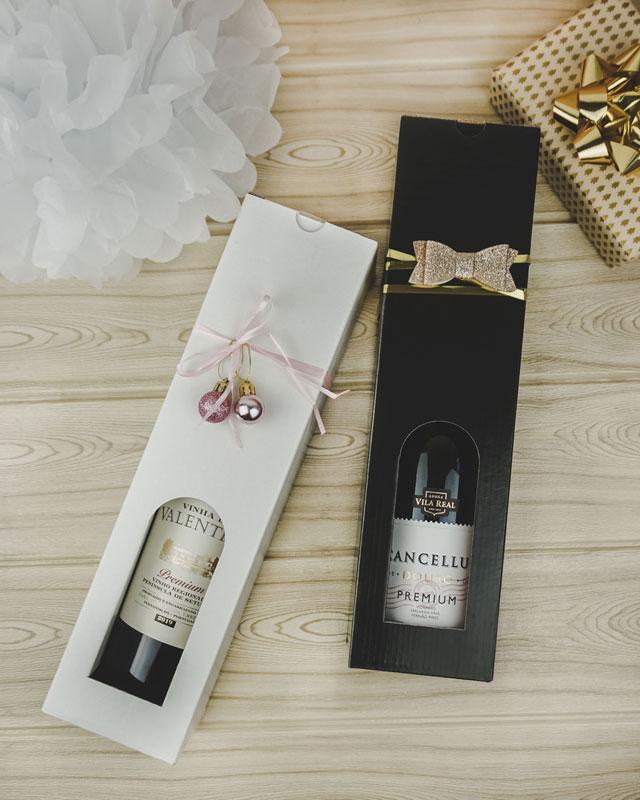 Julebillede med vinkartoner i blanksort og hvidt pap til 1 flaske, med guld og lyserødt gavebånd, samt julepynt