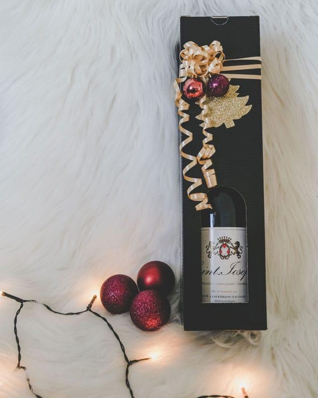 Lækker julegave. Vinkarton i blanksort pap til 1 flaske, med guldbånd og julepynt