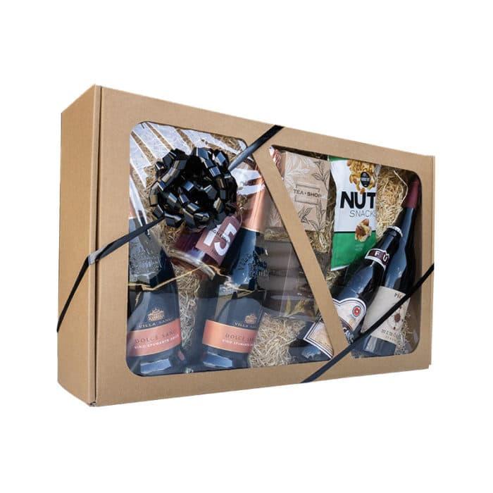 Stor gaveæske med rude i natur pap, med delikatesser, vin og gavebånd