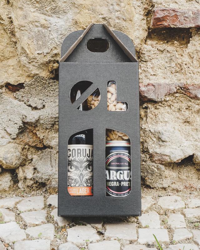 Ølkarton til 2 flasker med dåseøl, flaske og peanuts