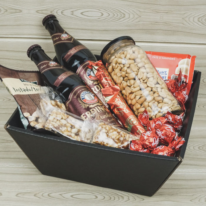 Lille gavekurv i matsort pap med øl, nødder og chokolade