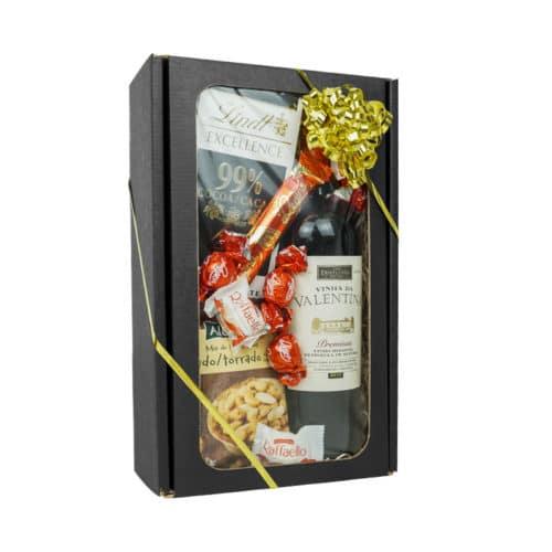 Lille gaveæske med rude i matsort. Med vin, nødder og chokolade, smat guld gavebånd