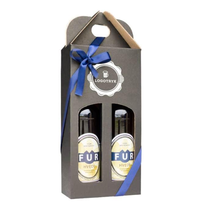 Ølkarton til 2 stk. 50 cl. flasker i matsort pap med logotryk og blåt gavebånd