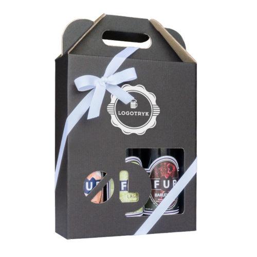 Ølkarton til 3 stk. 50 cl. flasker i matsort pap med logotryk og hvidt gavebånd til pynt