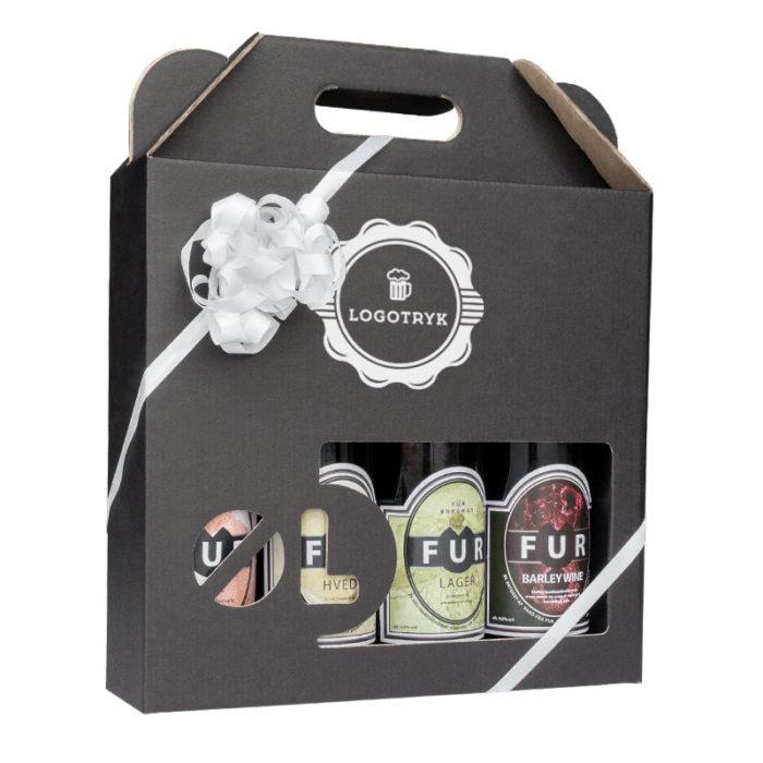 Ølkarton til 4 stk. 50 cl. flasker i matsort pap med logotryk, med hvidt gavebånd