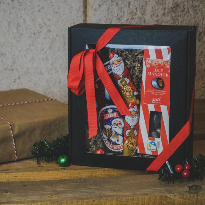 XS gaveæske med rude i matsort, med juleøl, chokolade og julepynt