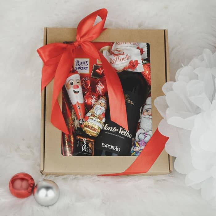 Julebillede af XS gaveæske med rude i natur pap med lille vin, chokolade og rødt gavebånd