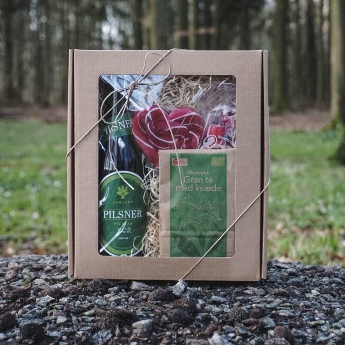 Lille gaveæske med rude i natur pap, pakket med øl, te og bolche