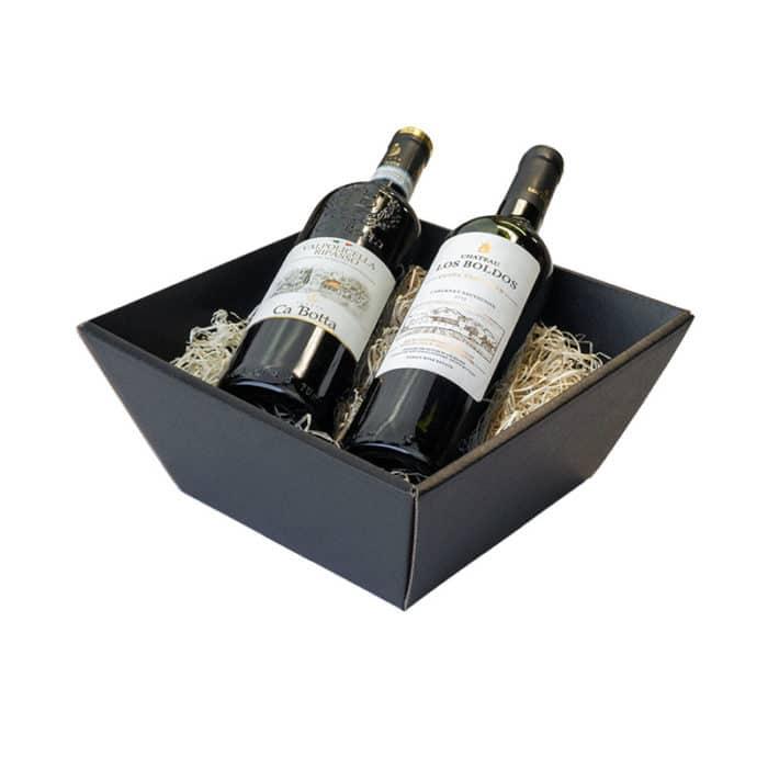 Lille gavekurv / gavebakker i matsort pap med træuld og 2 vinflasker