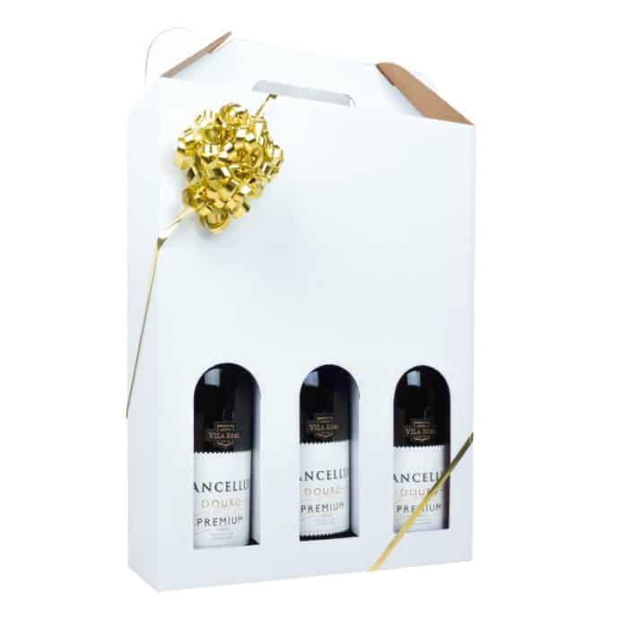 Vinkarton i hvidt pap til 3 flasker vin, med guld gavebånd.