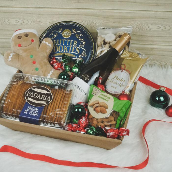 Mellem gavekurv fyldt med juleslik og vin