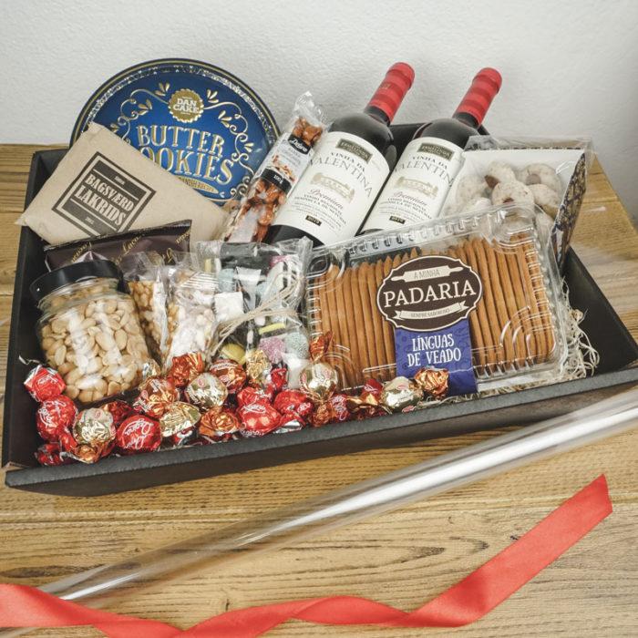 Stor gavekurv / gavebakke i matsort pap fyldt med juleslik og vin