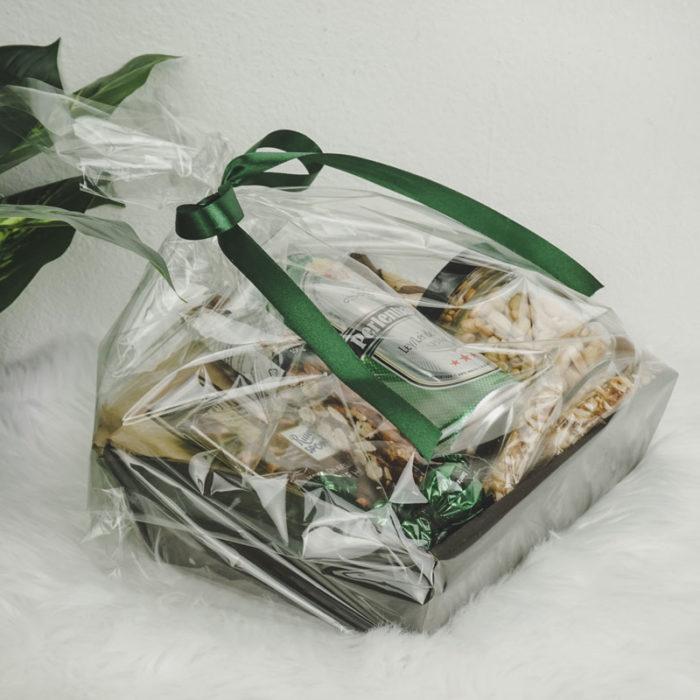 Værtindebakke i matsort med grønt tema og cellofan