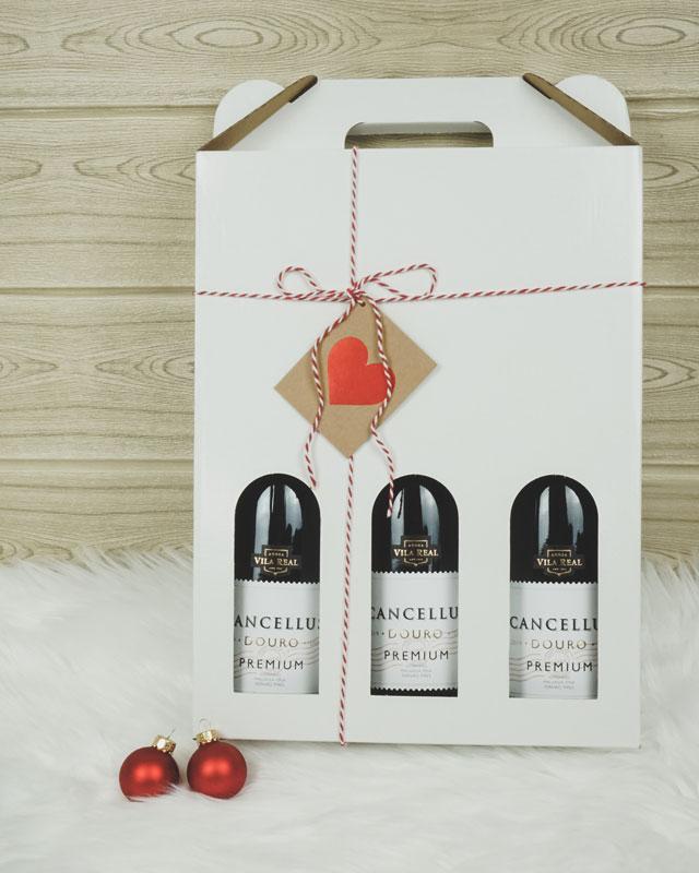 Vinkarton i hvid til 3 flasker med gavebånd og kort