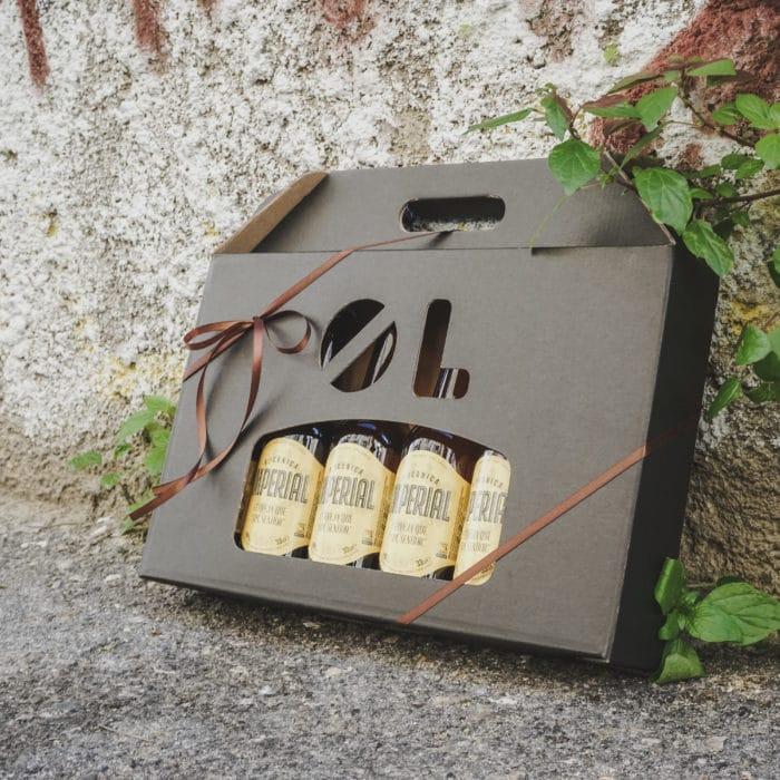Ølkarton i matsort til 6 flasker med brunt gavebånd