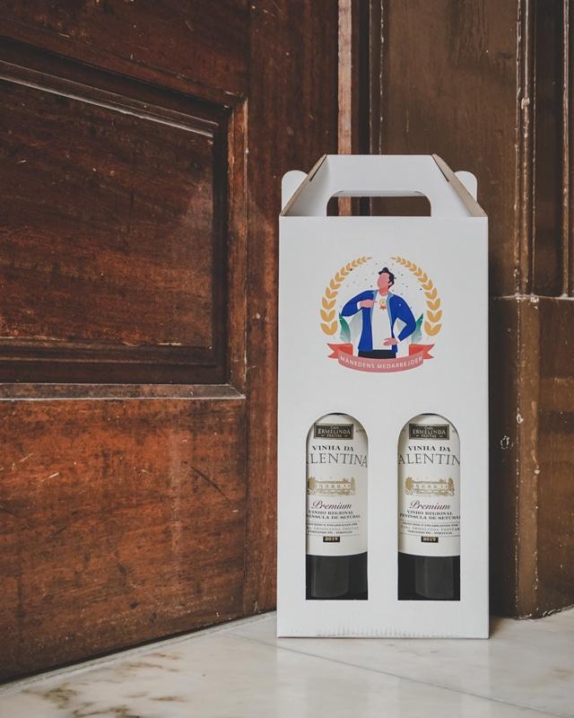 Månedens medarbejder grafik trykt på hvid vinkarton til 2 flasker