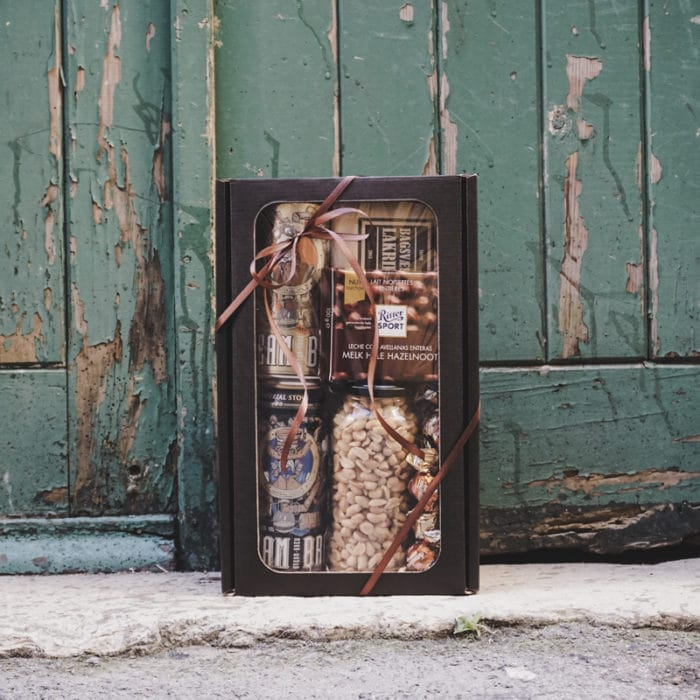 Matsort gaveæske med rude - Foran grøn dør