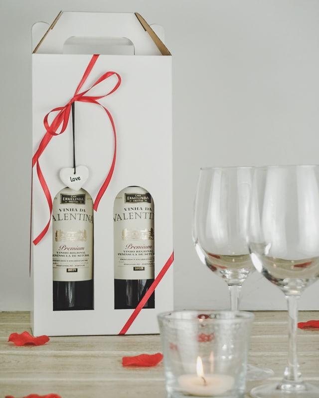 Valentinsdags billede med vinkarton i hvid til 2 flasker