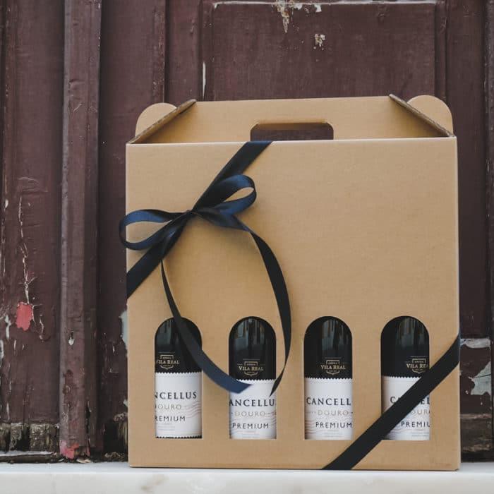 Vinkarton i natur til 4 flasker, med sort bånd - Foran dør