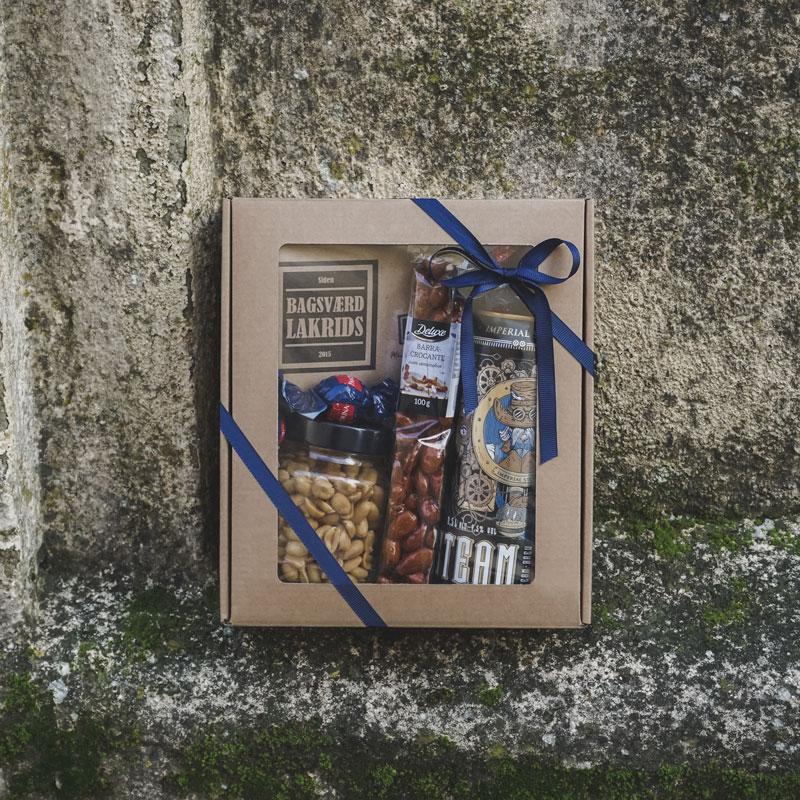 XS gaveæske med rude i naturfarvet pap med rå baggrund